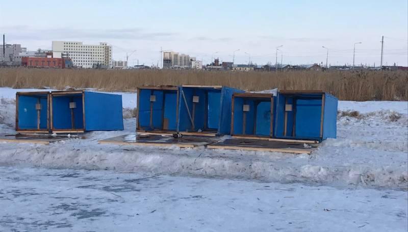 Организаторы масленицы в Сайсарах установили туалетные кабинки прямо на озере