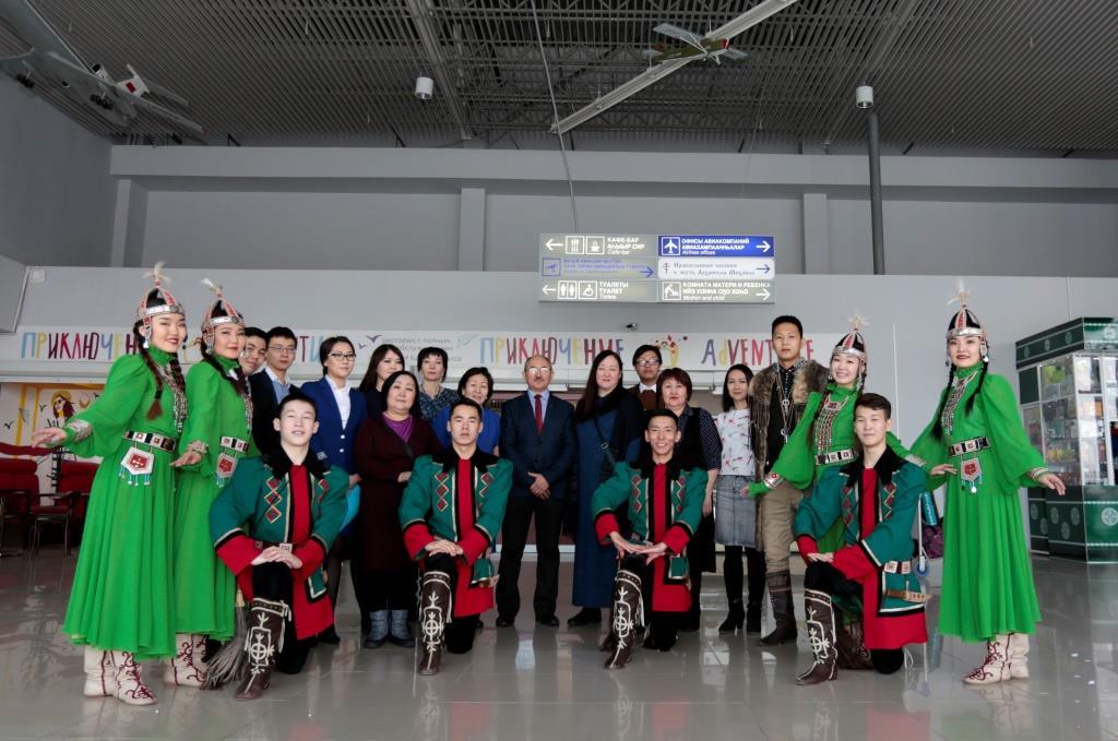 В аэропорту «Якутск» открылась выставка картин «Полет кисти»