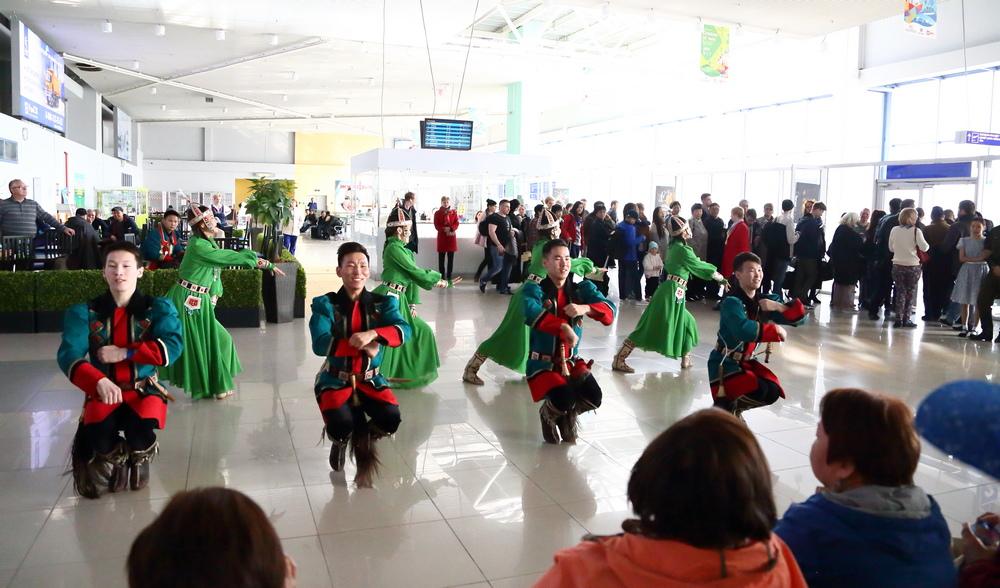 В аэропорту Якутска станцевали осуохай в честь Дня республики