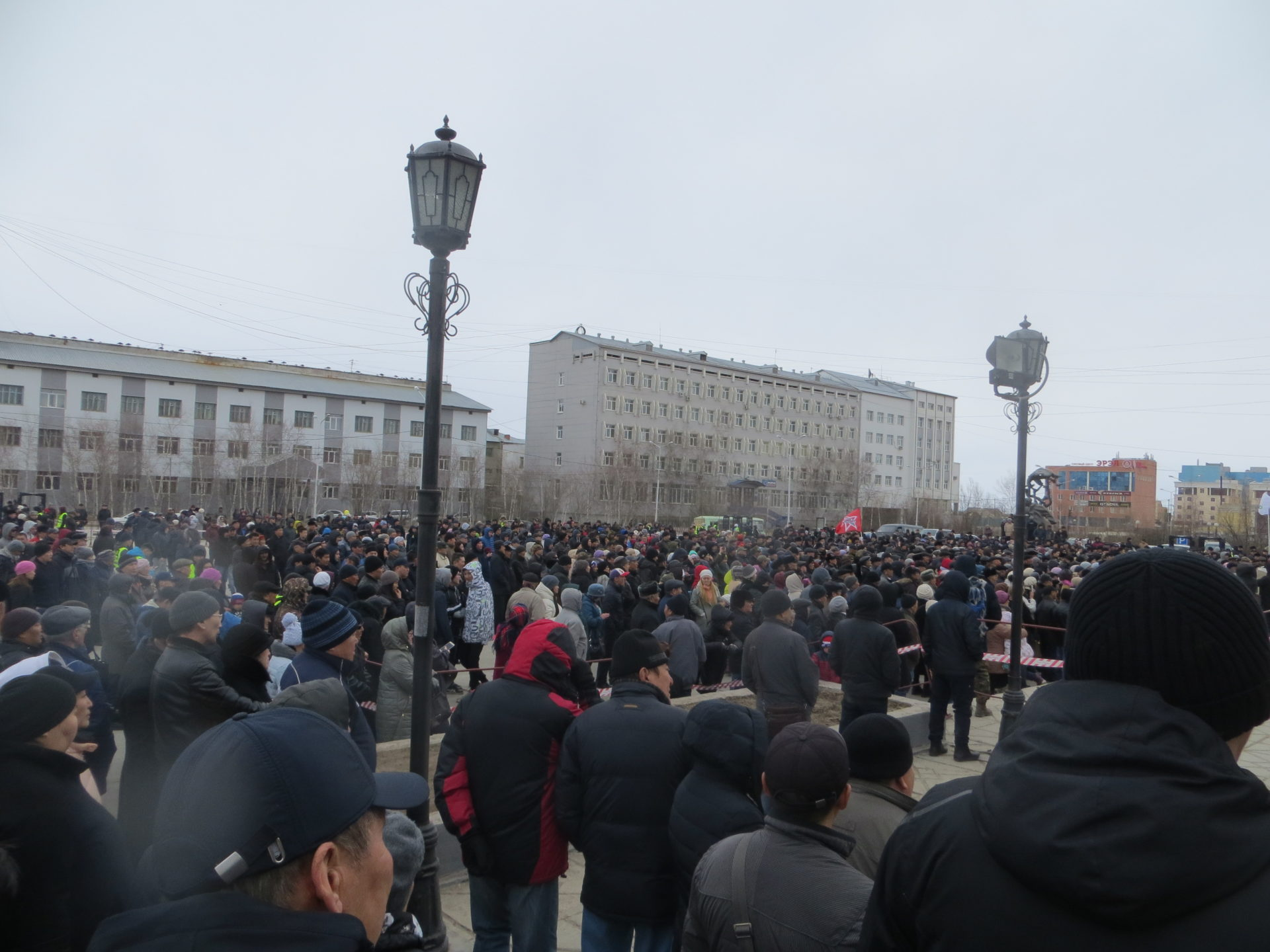 Организаторы митинга сдали в полицию пожилого человека, когда тот попытался прорваться к микрофону