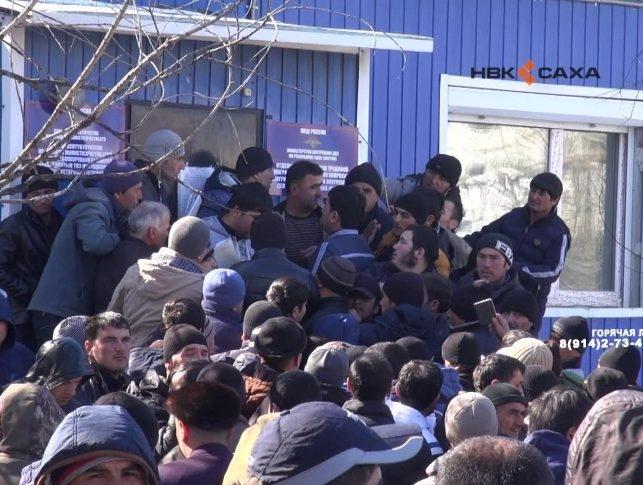 В Якутске мигранты создали давку в очереди за трудовыми квотами