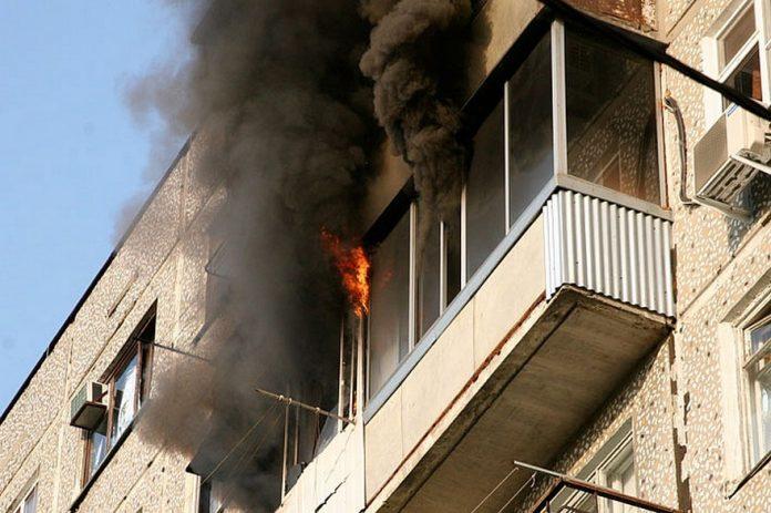 Неосторожное курение привело к пожару в 14 этажном доме в Якутске