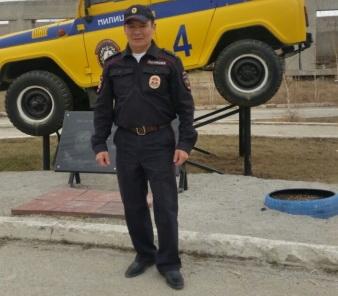 В Якутии полицейский чудом вынес ребенка-инвалида из горящей квартиры