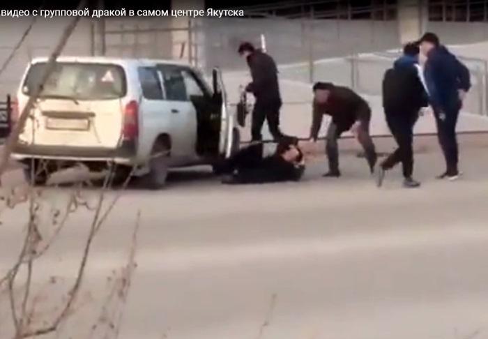 Полиция Якутска оштрафовала мужчину, наехавшего на толпу дерущихся в центре города