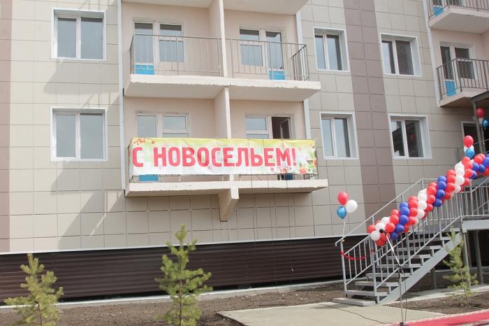Дети-сироты и жители аварийных домов получили ключи от новых квартир в Якутске