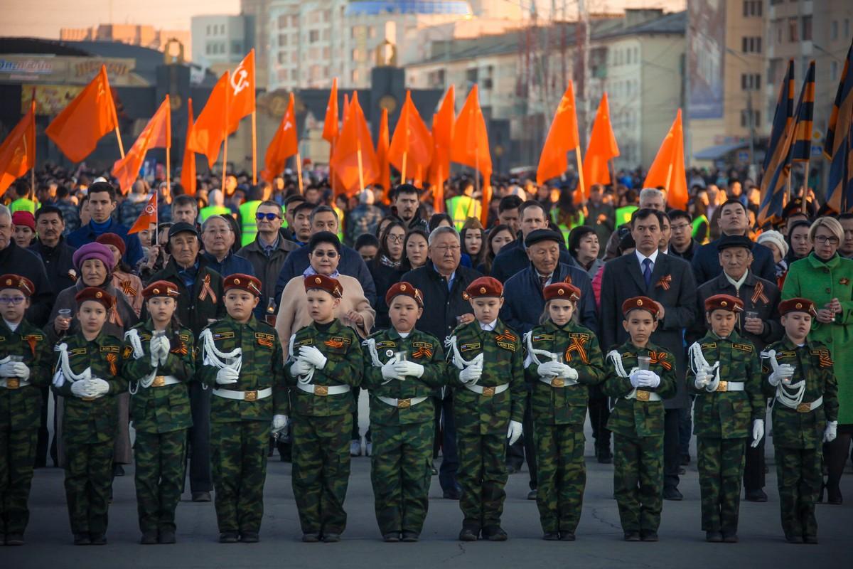 Егор Борисов вместе с тысячами якутян принял участие в патриотической акции «Свеча памяти»