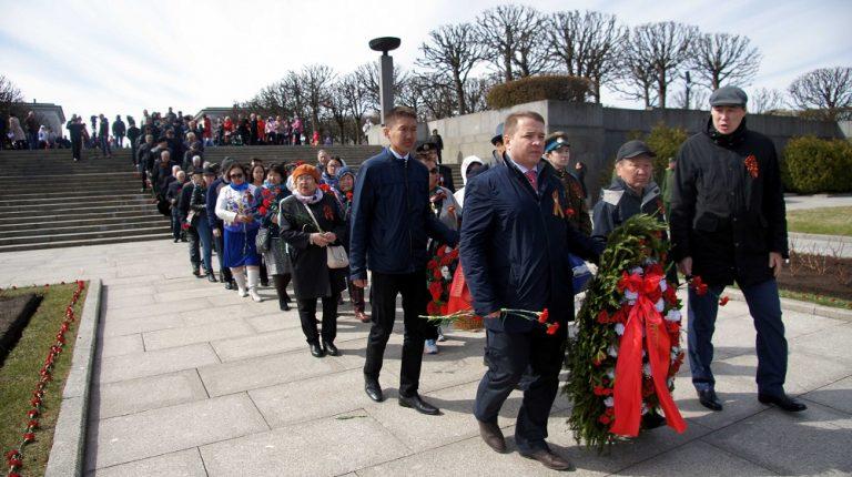 Якутяне со всем Санкт-Петербургом возложили цветы на Пискаревском кладбище