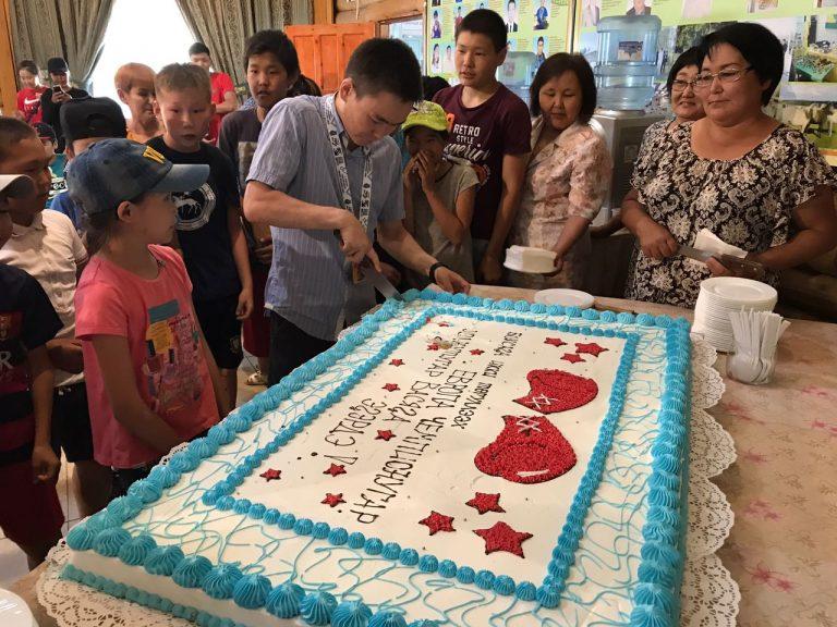 Огромный торт и карабин для Василия Егорова