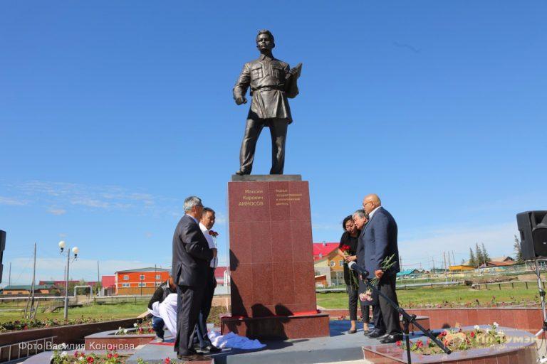 В Намцах установлен памятник Максиму Аммосову
