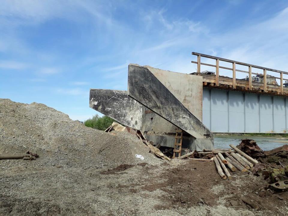 «Нет хлеба, муки»: село Якутии уже месяц изолировано из-за обрушения моста