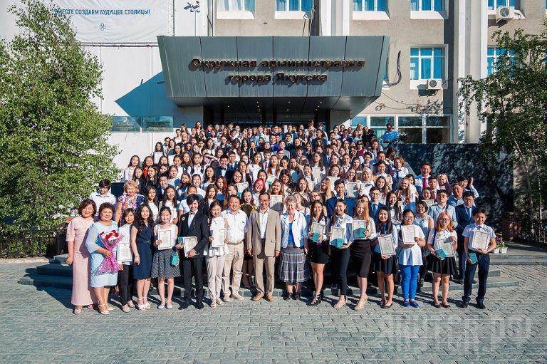 Айсен Николаев встретился с золотыми медалистами