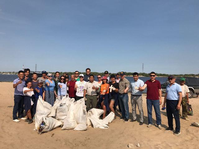 30 мешков мусора убрали с берегов Лены ко Дню реки