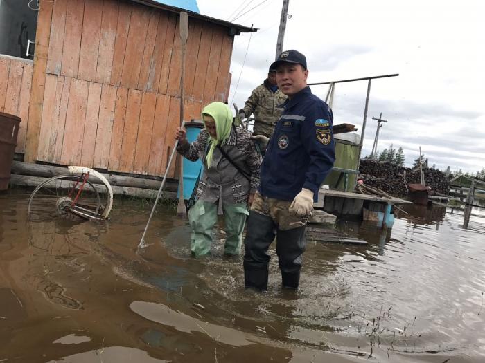Спасатели эвакуируют жителей сел Аргахтах и Сватай из-за подъема воды в реке Алазея