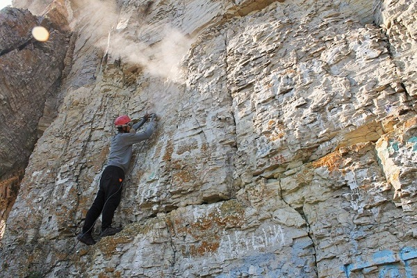 Общественники-альпинисты чистят скалы Ленских столбов