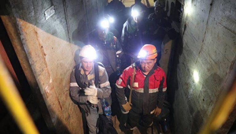 Сегодня альпинисты попробуют дать сигнал заблокированным в руднике людям
