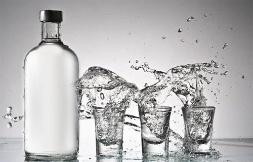 Минздрав назвал 300 рублей оптимальной ценой за бутылку водки