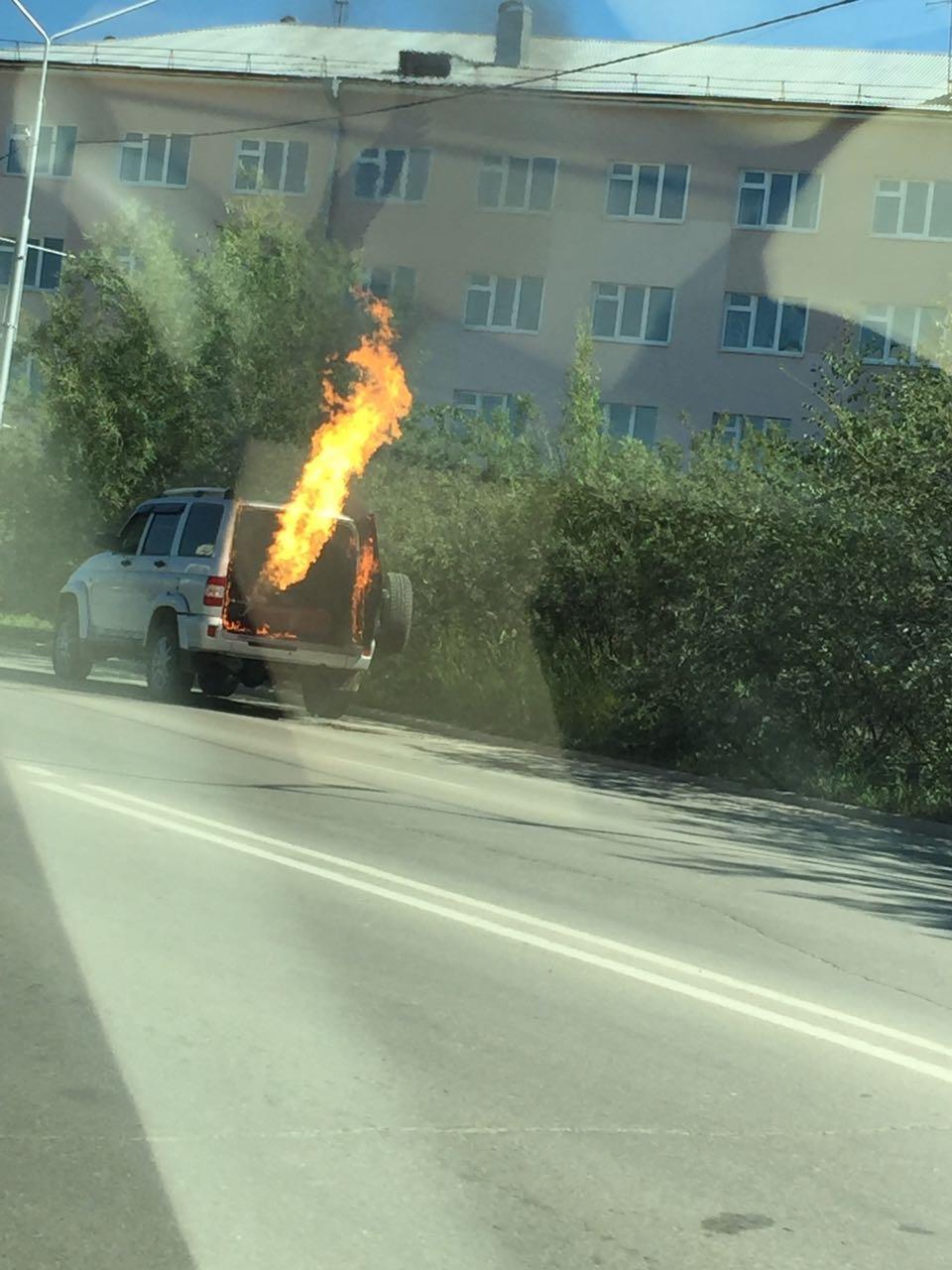 В Якутске на улице Ойунского взорвалась машина