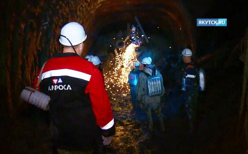 На руднике «Мир» продолжают круглосуточно расчищать завалы
