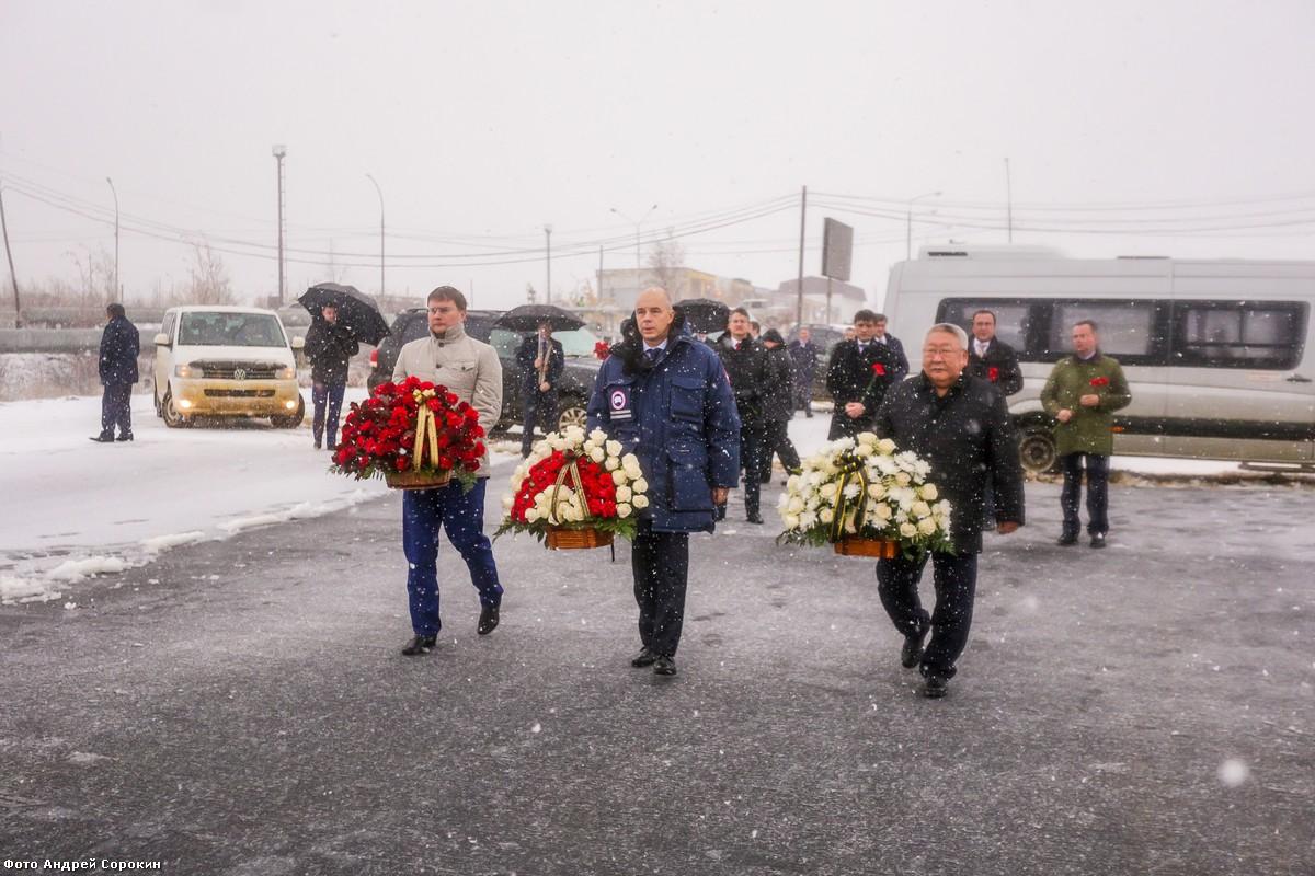 Егор Борисов возложил цветы к мемориальной плите  ненайденным шахтёрам рудника «Мир»