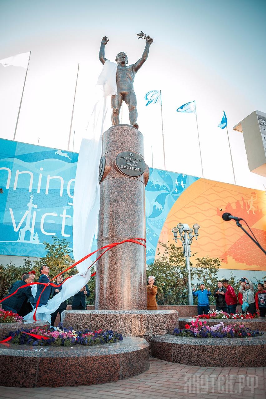 В Якутске открылся Сквер с памятником легендарному борцу, олимпийскому чемпиону Роману Дмитриеву