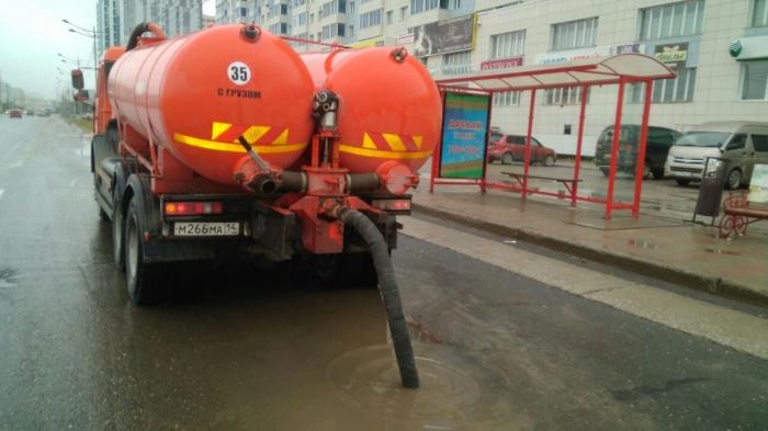 Коммунальные службы города в оперативном режиме откачивают ливневые воды