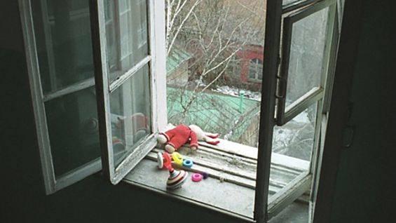 Пьяная женщина выбросила из окна 2 этажа 5 летнего ребёнка. Возбуждено уголовное дело