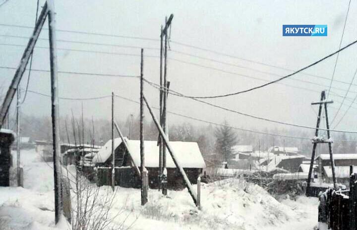 Сильный снегопад стал причиной аварии на высоковольтных линиях юга Якутии