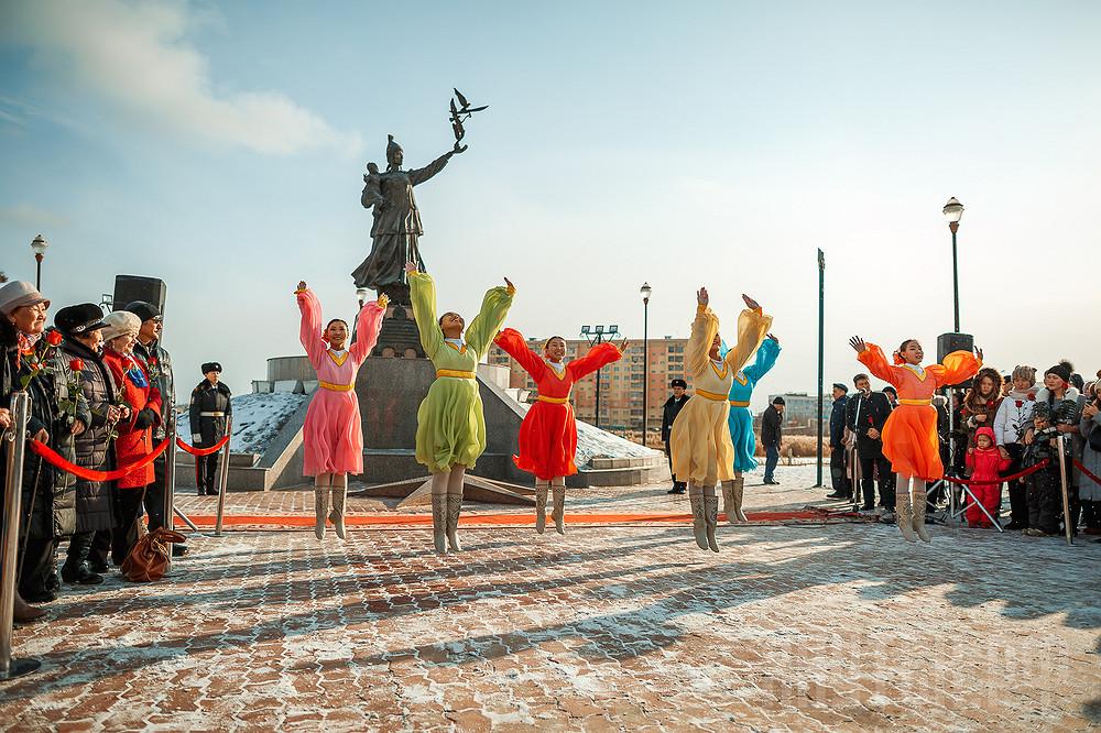 В Якутске возложили цветы к памятнику Матери