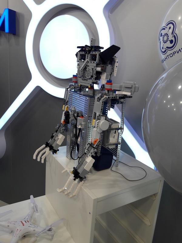 На открытии первого в Якутии Кванториума гостей встречал общительный робот