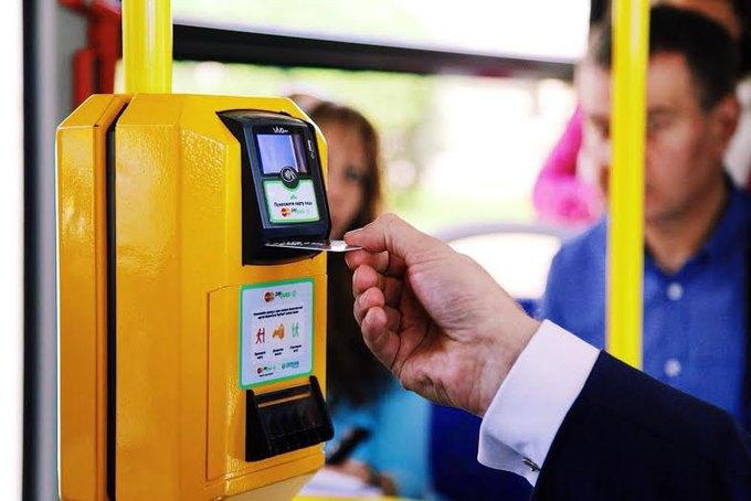В маршрутных автобусах за проезд можно будет расплатиться с помощью смартфонов и любыми банковскими картами