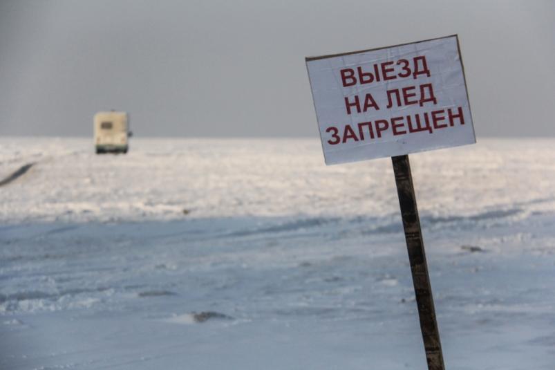 Очевидец снял на видео как микроавтобус провалился под лед в Якутии
