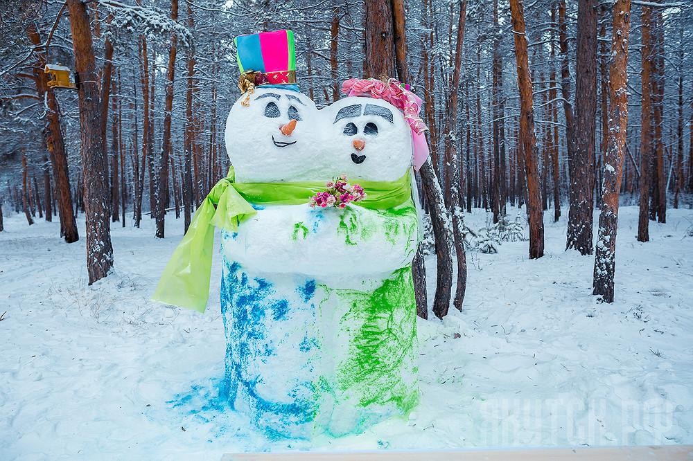 В городском Парке культуры и отдыха появились добрые снеговики