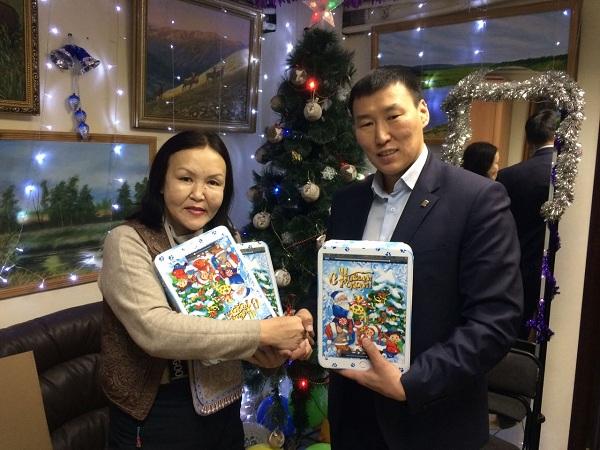Якутские партийцы поздравили детей из реабилитационного центра с новым годом