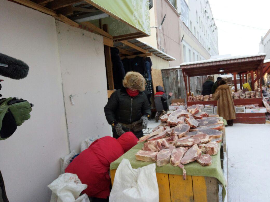 Парижанка устроилась продавцом мяса на Крестьянском рынке в Якутске