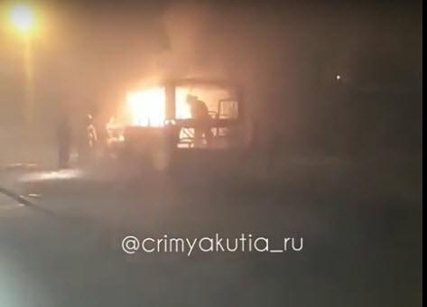Замыкание в электропроводке стало причиной возгорания пассажирского автобуса в Якутске (+видео)