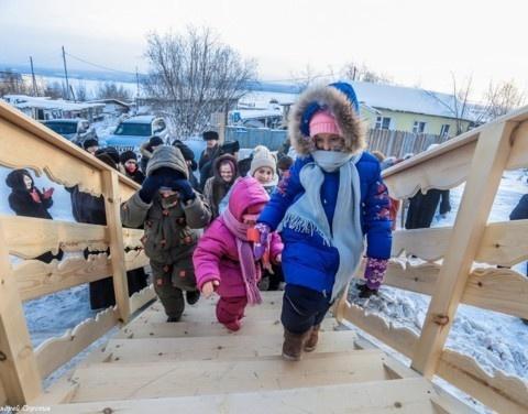 Егор Борисов поздравил с новосельем многодетную семью Гладких в Мохсоголлохе