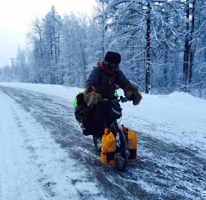 У французского путешественника по дороге в Оймякон сломался велосипед