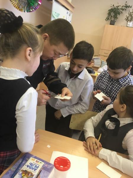 Сотрудники Госавтоинспекции проводят в школах мастер – классы по изготовлению световозвращающих значков
