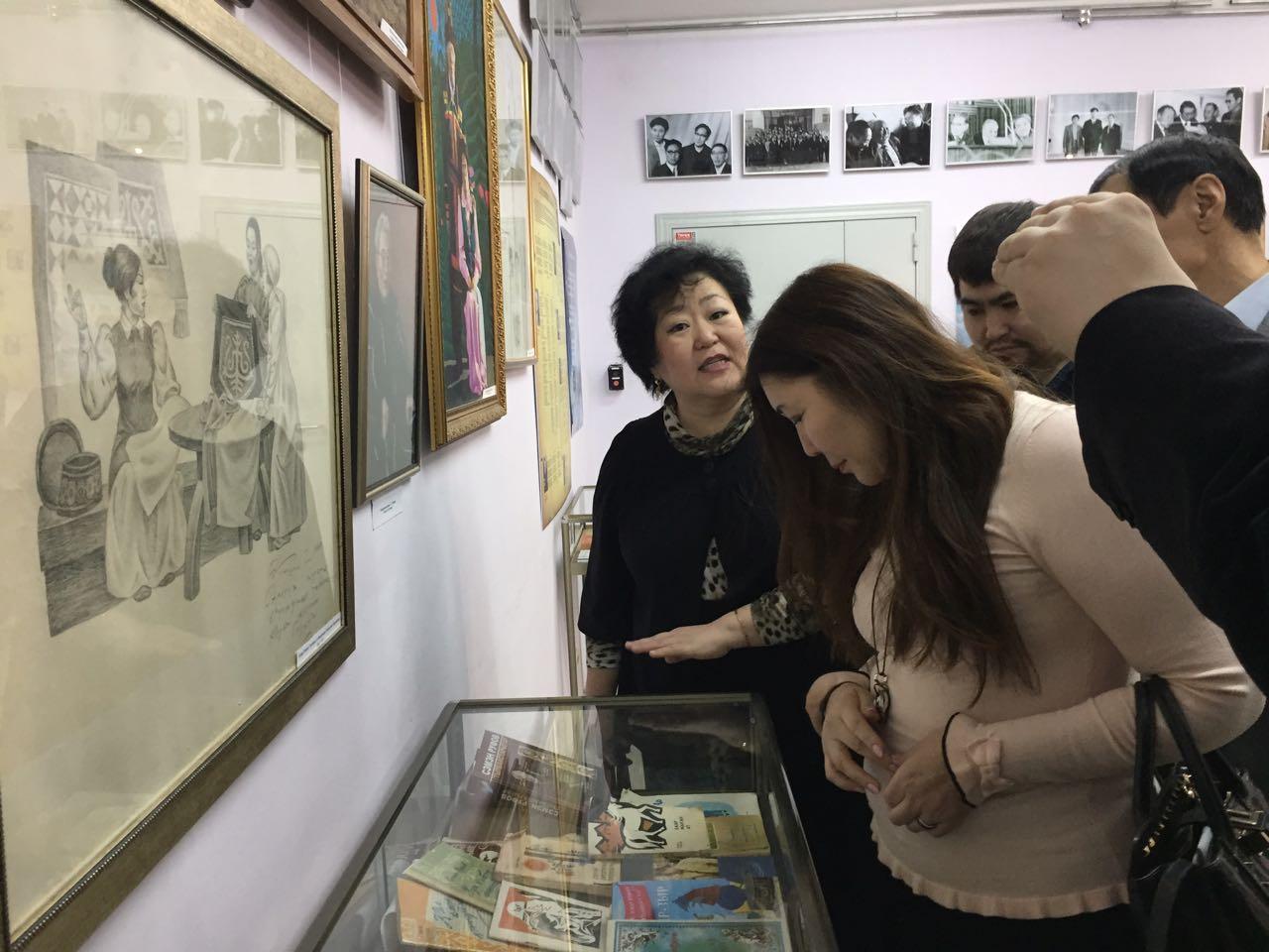 Сотрудники редакции газеты «Кыым» посетили выставку Руфова С.Т.