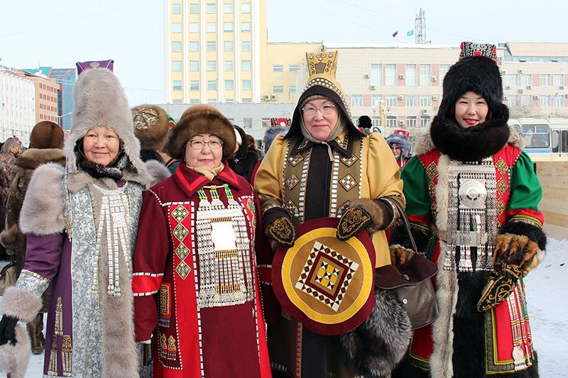 Более тысячи человек вышли на шествие мастеров в национальной одежде в Якутске