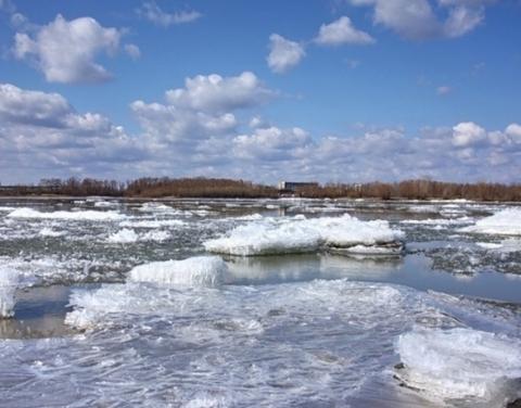 На реке Лена у мкр. Кангалассы наблюдается густой ледоход