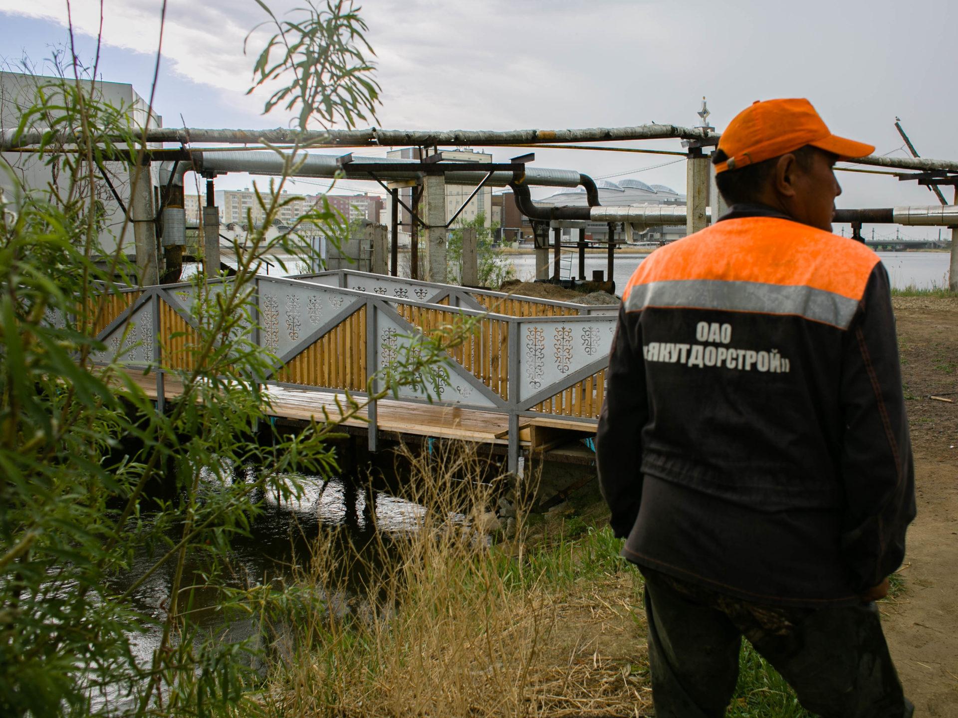 В Якутске состоялся залповый сброс воды из озера Сайсары в Горканал