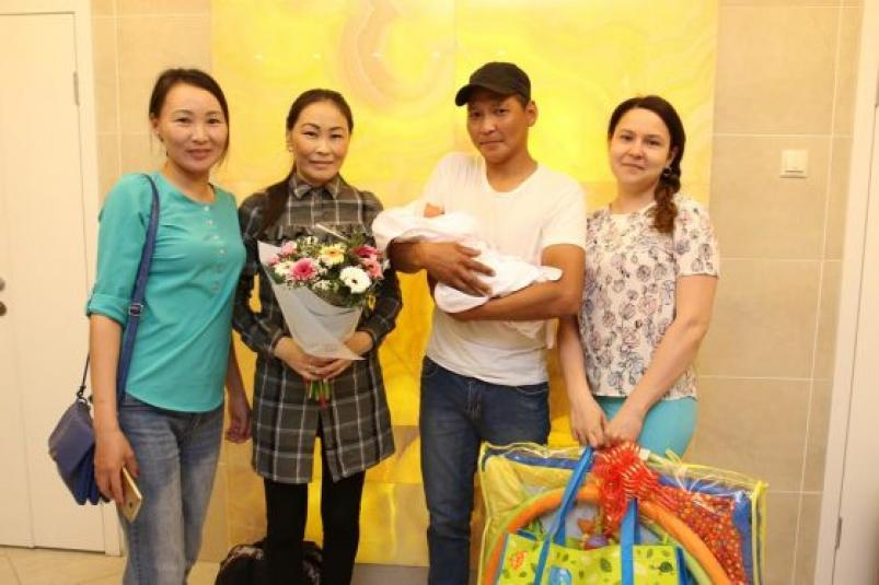 Девочку, рожденную в небе, выписали из роддома в Якутске