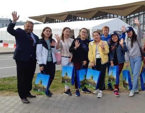 На чемпионат мира по футболу в Петербург прилетели волонтеры из Якутии
