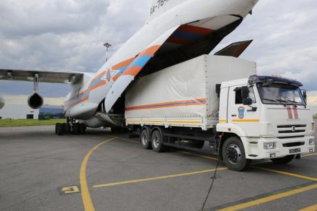 Самолет МЧС России доставил 27 тонн гуманитарного груза для пострадавшего от паводка населения Якутии