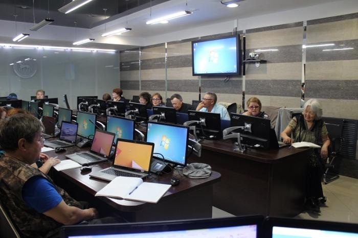 В Якутске стартовали бесплатные курсы обучения пенсионеров компьютерной грамотности