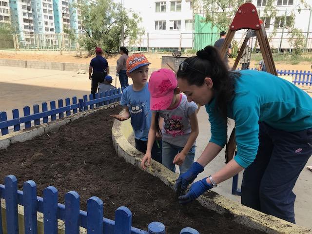 Жители Губинского округа озеленяют дворы