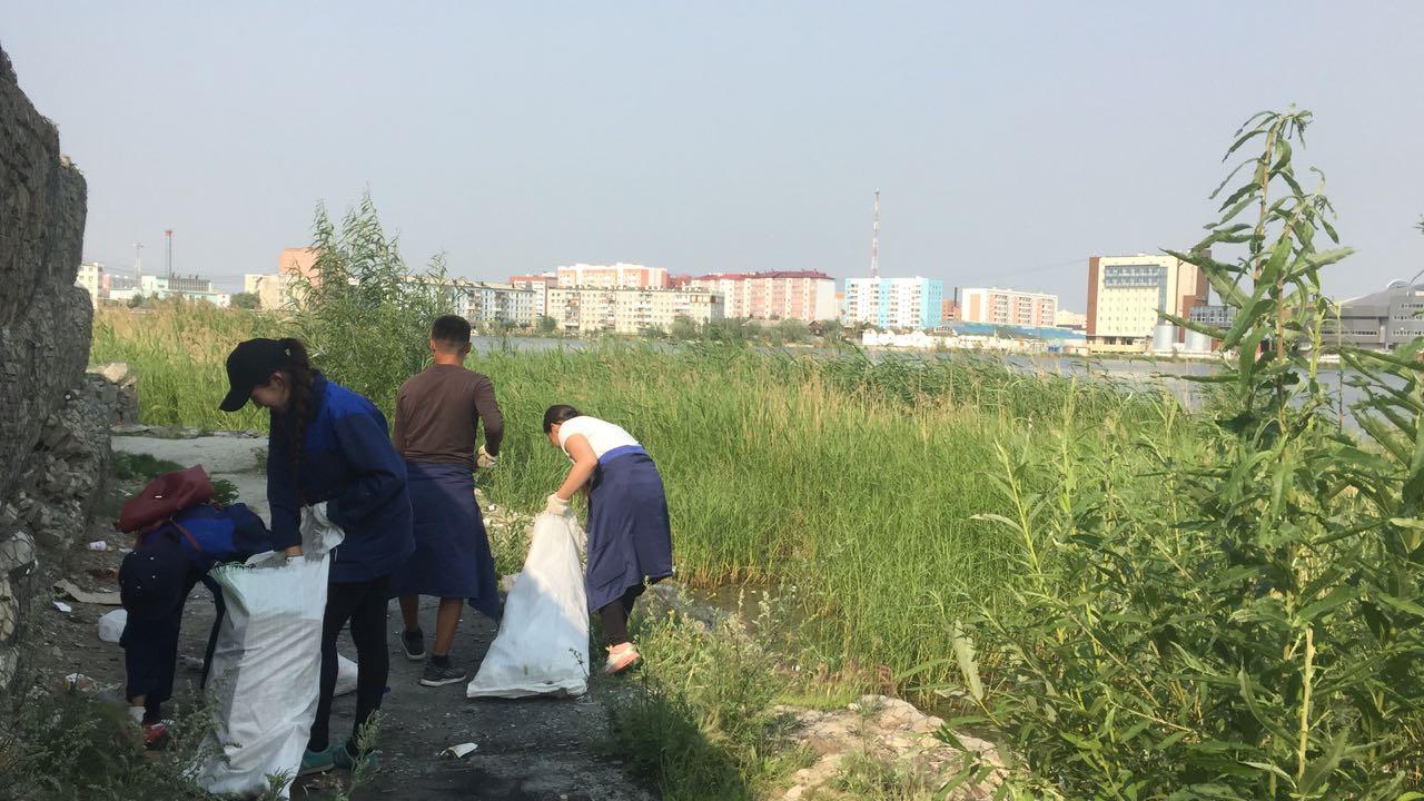 Студенты очистили от мусора озеро Сайсары