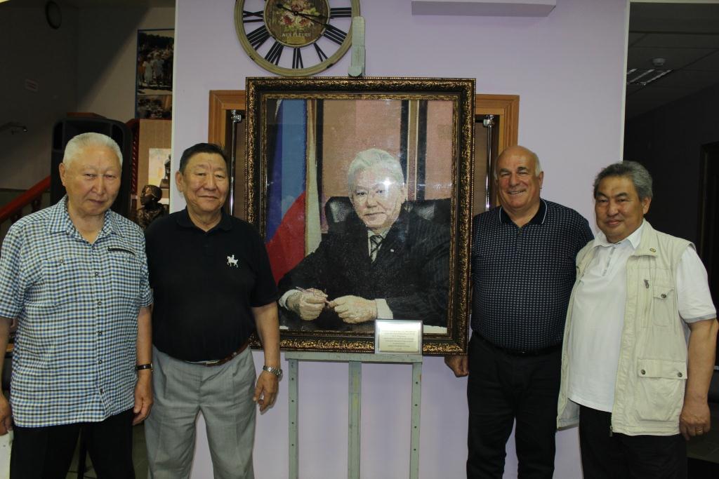 Портрет первого Президента РС (Я) М.Е. Николаева передали в дар Якутскому музею