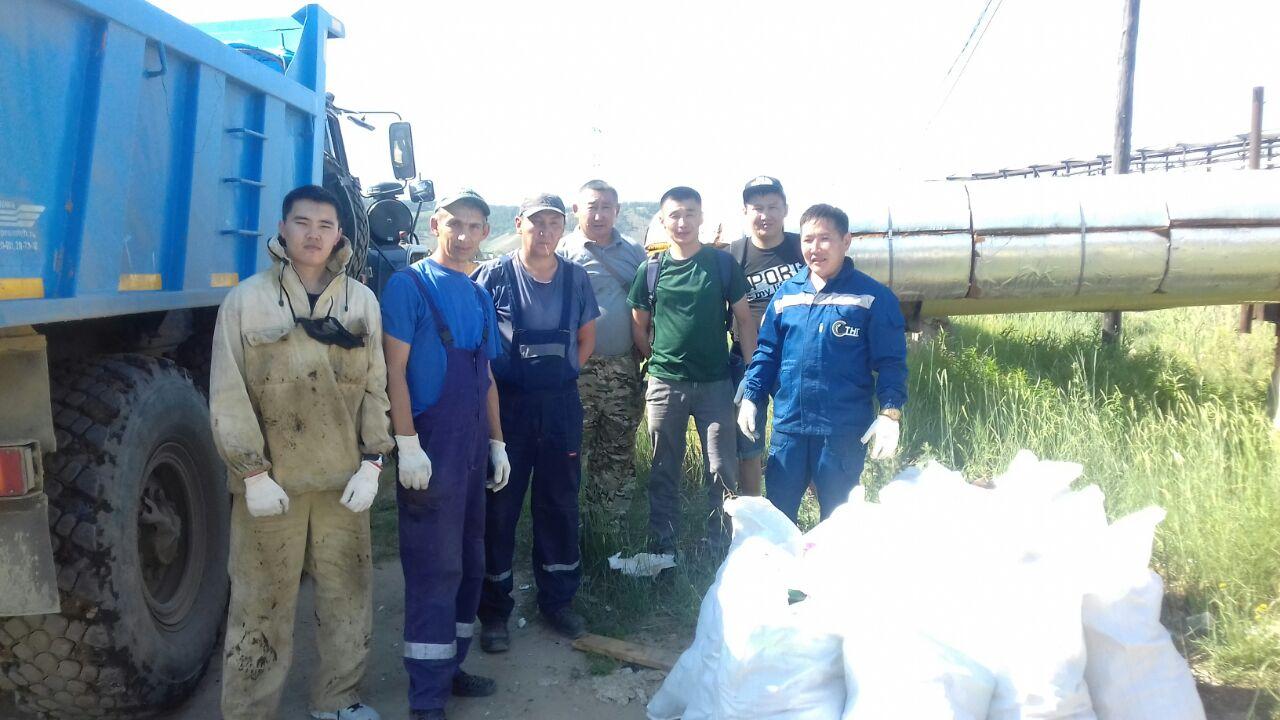 Газовики убрали мусор с береговой полосы озера ЯНИИТ